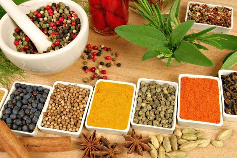 بدون رجيم.. أعشاب منزلية تخلصك من وزنك الزائد في الشتاء